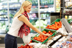 woman-shopping-for-produce-horiz